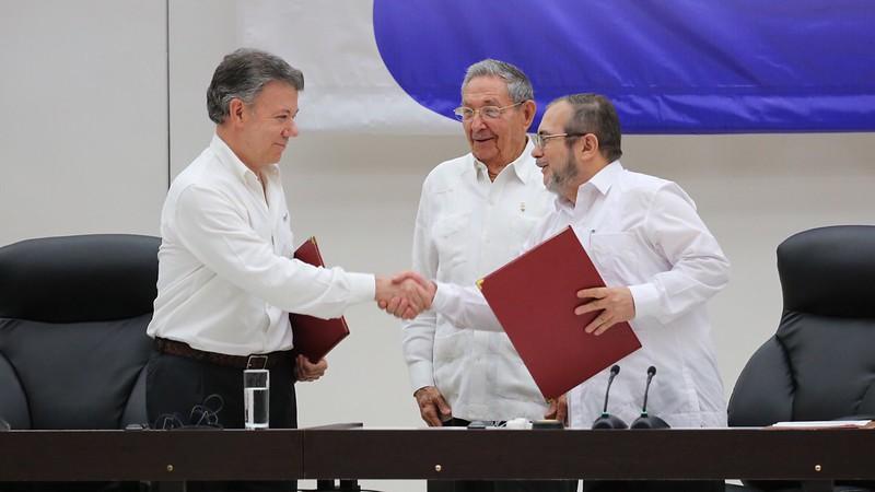 Manuel Santos, Raúl Castro e Timoleón Jiménez em Havana, na assinatura do Acordo de Paz entre o Estado colombiano e as Farc, 2012. (Foto: Luis Ruiz Tito/Presidencia República Dominicana)